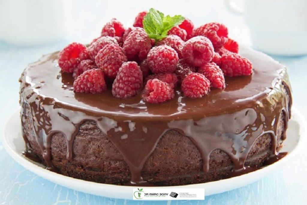 Pastel de chocolate con frutos rojos